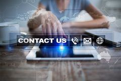 Bouton et texte de contactez-nous sur l'écran virtuel Concept d'affaires et de technologie Photographie stock libre de droits