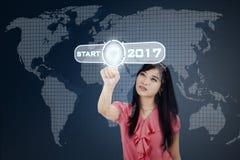 Bouton marche asiatique de pressing de femme avec 2017 Images stock