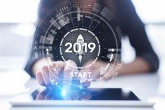 Bouton marche 2019 de nouvelle année sur l'hologramme d'écran virtuel Croissance financière et nouvelle perspective dans les affa illustration libre de droits