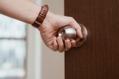 Bouton masculin de porte ouverte de main ou ouverture de la porte Images stock