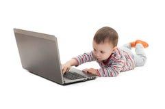 Bouton poussoir d'enfant sur l'ordinateur portable Images libres de droits