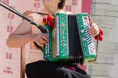 Bouton rapide d'accordéon de mouvement de doigt de timbre de femme Image stock