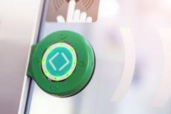 Bouton rond vert de contact avec des flèches Porte transparente entre les chariots dans le train interurbain Photos stock