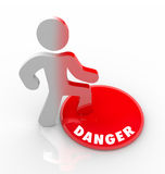 Bouton rouge Person Warned de danger des menaces et des risques Images stock