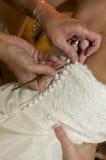 Boutonnage dans la robe de mariage Image libre de droits
