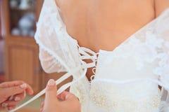 Boutonnage de la robe de mariage Image stock