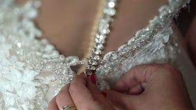 Boutonnage de la robe l'épousant nuptiale clips vidéos