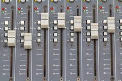Boutonne l'équipement pour le contrôle de mixeur son Foyer choisi Photographie stock