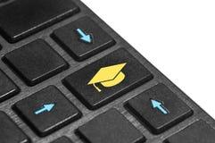Boutonnez avec le symbole du chapeau d'obtention du diplôme sur le clavier photos libres de droits