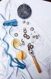 Boutonnez la fermeture, goupilles, aiguilles, ruban métrique métiers Photos stock