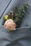 Boutonnière de marié dans la poche de la veste Photos stock