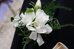 Boutonnière de mariés image stock