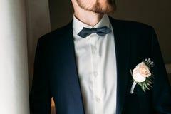 Boutonniere auf dem Revers des Bräutigams Lizenzfreie Stockbilder