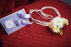 Boutonniere av vita rosor och tusenskönor för bröllopet Royaltyfria Bilder
