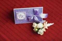 Boutonniere av vita rosor och tusenskönor för brudgummen Royaltyfria Foton