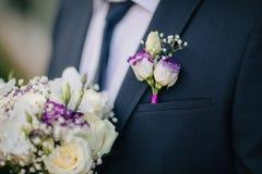 Boutonniere brilhante do noivo com ramalhete imagens de stock royalty free