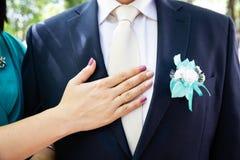 Boutonniere de la boda en el traje del novio fotos de archivo libres de regalías