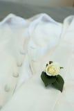Boutonniere de los novios y anillos de bodas Imagen de archivo libre de regalías