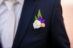 Boutonniere de mariage sur le costume Image libre de droits