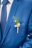 Boutonniere de mariage sur le costume Image stock