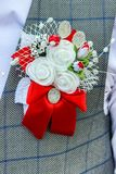 Boutonniere de mariage sur le revers de la veste du meilleur homme de marié Photos stock