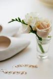 Boutonniere di nozze con gli orecchini rosa del anf del fiore Fotografie Stock Libere da Diritti