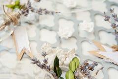 Boutonniere do casamento com notas em uma tabela do vintage imagem de stock