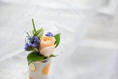 Boutonniere do casamento no vidro fotografia de stock royalty free