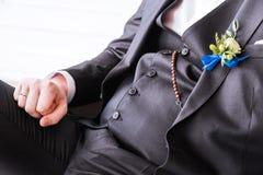 Boutonniere en el traje del novio Prepare la presentación fotografía de archivo libre de regalías