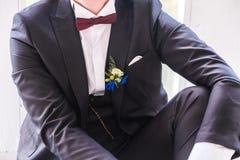 Boutonniere en el traje del novio Prepare la presentación foto de archivo