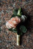 Boutonniere, flor do furo de botão, peônias de creme na tabela do granito imagem de stock