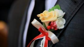Boutonniere no terno do noivo Fim acima video estoque
