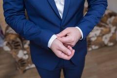 Boutonniere op in bruidegom bij huwelijk royalty-vrije stock afbeelding