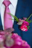 Boutonniere op in bruidegom bij huwelijk royalty-vrije stock fotografie