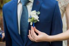 Boutonniere op in bruidegom bij huwelijk stock afbeelding