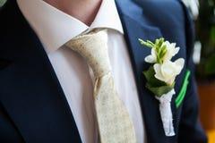 Boutonniere op de revers van de bruidegom Stock Afbeelding