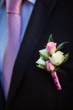 Boutonniere op de revers van de bruidegom Stock Foto's