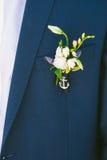 Boutonniere på dräkt av brudgummen Royaltyfri Bild