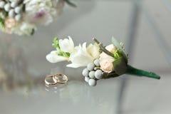 Boutonniere sensible avec de petits roses et Brunei images stock