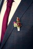Boutonniere sur le costume du marié Photo libre de droits