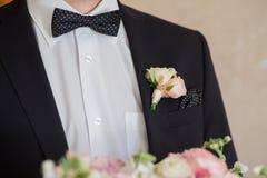 Boutonniere sur le marié à la mode au mariage Photographie stock