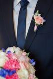 Boutonniere sur le marié à la mode au mariage Image stock