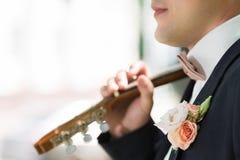 Boutonniere sur le marié à la mode au mariage Photos stock