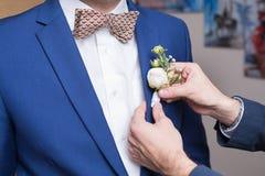 Boutonniere sur le marié à la mode au mariage Photo libre de droits