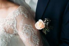 Boutonniere sur le revers du marié images libres de droits