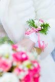 Boutonniere sur une main de la jeune mariée Photos stock