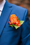 Boutonniere von orange Rosen in der Tasche seines Jackenmannes Lizenzfreies Stockbild