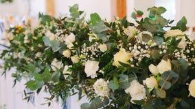 Оформление свадьбы Дизайн украшений свадьбы Цветки на таблице сток-видео