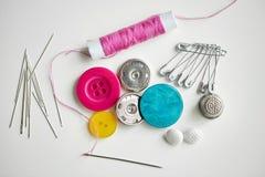 Boutons, aiguilles, goupilles et bobine de couture de fil Image stock