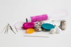 Boutons, aiguilles, goupilles et bobine de couture de fil Photos libres de droits